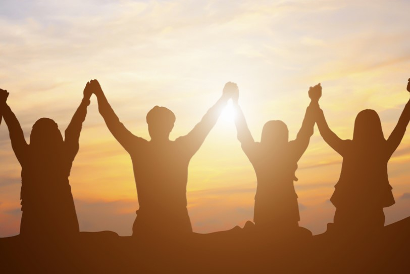 Personas alzando sus manos en triunfo